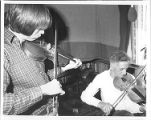 Émile Benoit et Kelly Russell playing the fiddle